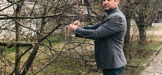 Вече трета поредна година дръвчето пред общинската сграда се превърна в мартенското дръвче на град Костинброд!