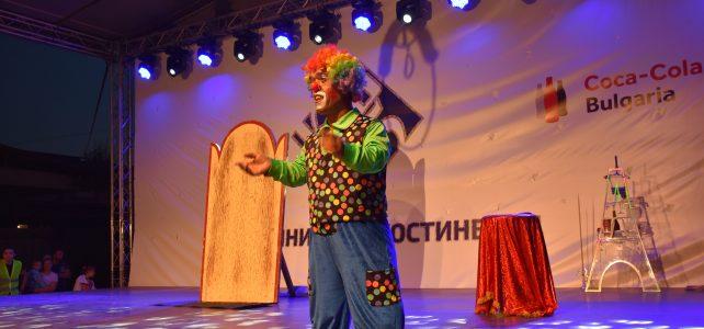 """На 15 септември на площад """"Иван Вазов"""" костинбродската публиката посрещна с възхищение грандиозното шоу """"Цирк на сцена"""" – един спектакъл посветен на 45-та годишнина на град Костинброд, на което множество млади негови почитатели имаха възможността да се насладят на разнообразните артистични изяви"""