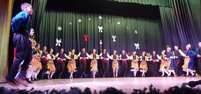 """На 19.12.2019г. се проведе Коледен концерт в НЧ """"Иван Вазов – 1947г."""" – град Костинброд , който възхити всички присъстващи с прекрасни танци, ентусиазъм и усмивки от всички участници"""