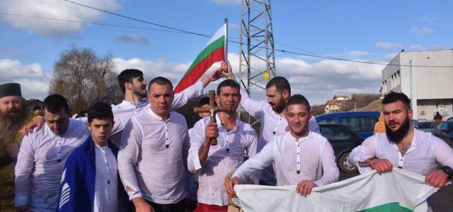 Кирчо Васев и Кристиян Шкеров извадиха кръста от река Блато в град Костинброд и село Петърч