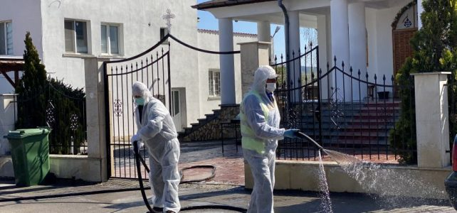 В църквите, в  които ще има служба за Великден, се дезинфекцираха външните пространства, пейки и паркинги