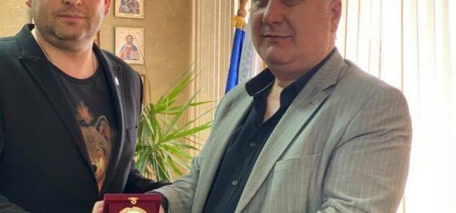 Кметът на община Костинброд г-н Трайко Младенов получи плакет от г-н Ергин Емин – изпълнителен директор на Асоциация на българските градове и региони за влизането на община Костинброд като член на асоциацията
