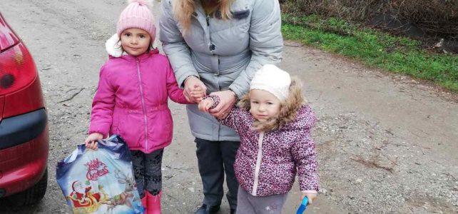 В седмицата преди Коледа децата от село Градец бяха зарадвани с подаръци!