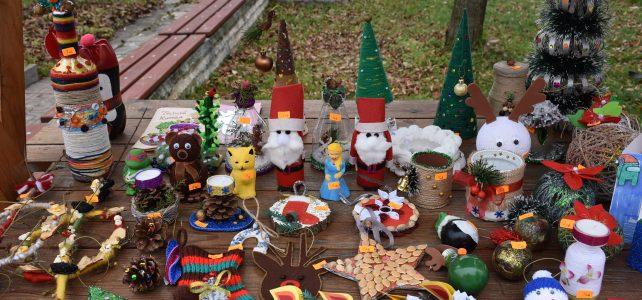 За трета поредна година в общината се организира Коледен базар в типичния за празника стил с дървени къщички, разположени пред сградата на община Костинброд!