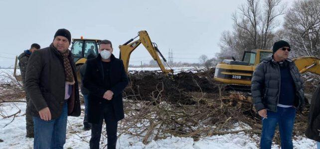 Днес, 27 януари, се работи по всички реки, излезли от коритата си и наводнили село Петърч и град Костинброд. На посещение в община Костинброд беше Областният управител на Софийска област г-н Илиан Тодоров.