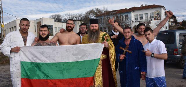 И тази година в община Костинброд по традиция бе почетен празникът Богоявление (Йордановден). Силни и смели мъже от града и село Петърч скочиха в студените води на река Блато.