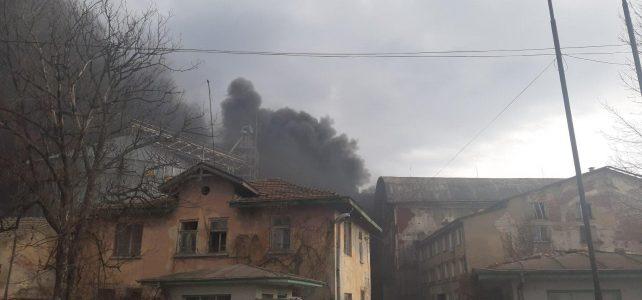 """Важно съобщение !!! В 16:15 часа на територията на бивш завод """"Нива"""" в центъра на град Костинброд възникна пожар."""