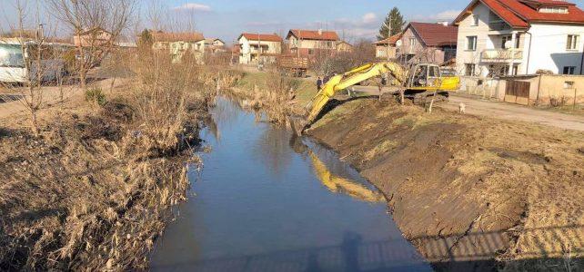 """Започна почистване на река Блато при ул. """"Орлово гнездо"""", кв. Маслово, с цел подобряване на проводимостта на реката в урбанизирана част на кв. Маслово, гр. Костинброд"""