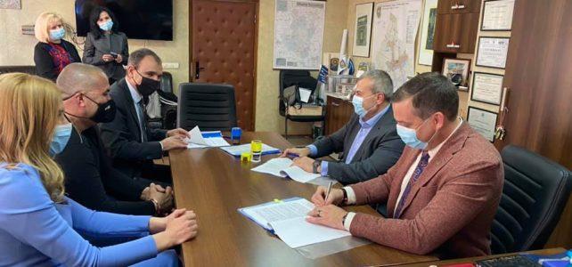 """Днес, 2 март 2021, кметът на община Костинброд г-н Трайко Младенов подписа договор с фирмата-изпълнител за ремонт на ДГ """"Виолина"""" в село Петърч"""