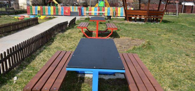 Община Костинброд постави нови пейки в Първи район, град Костинброд