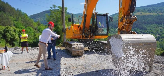 """В Община Своге се направи първа копка в изпълнение на проект BG16M1OP002-2.002-0009 """"Проектиране и изграждане на компостираща инсталация и на инсталации за предварително третиране на битови отпадъци на територията на РСУО Костинброд"""". Проектът се финансирана по Оперативна програма """"Околна среда 2014-2020"""" съфинансирано от """"Европейския фонд за регионално развитие""""."""
